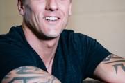 Bodybuilder lehnt auf Handelbank