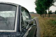 67er Ford Mustang mit Regentropfen. Ansicht vom Spiegel und Fenster.