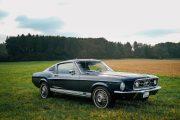67er Ford Mustang mit Regentropfen auf dem Lack. Lensflare sind zu sehen