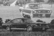 Doppelbelichtung in schwarz weiß eines 67er Ford Mustang. Ansicht von Seite und Vorne.