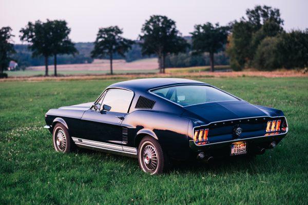 Heckansicht 67er Ford Mustang. Sonnenuntergang spiegelt sich im Lack