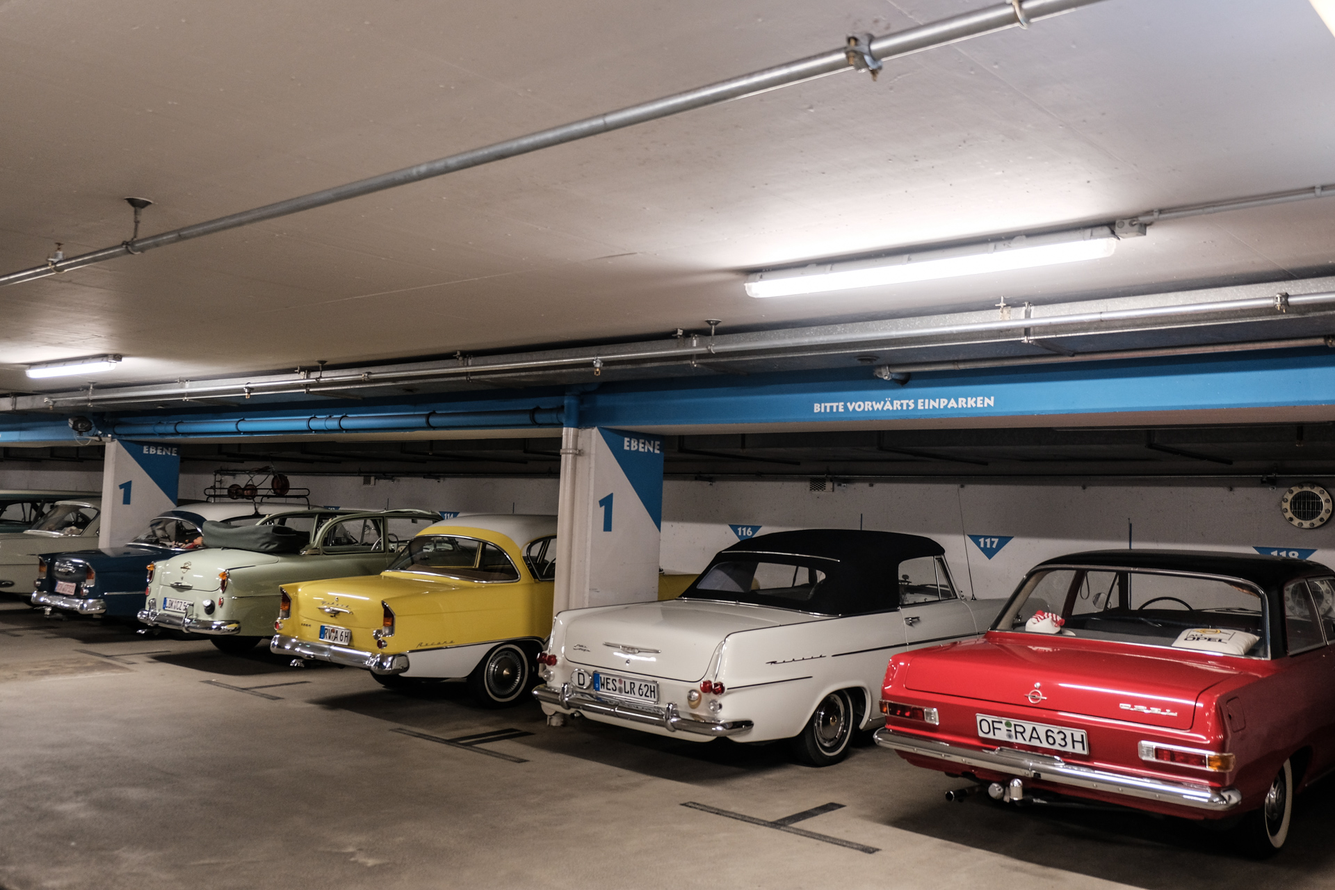 Opel Oldtimer stehen in einer Tiefgarage in Lohr