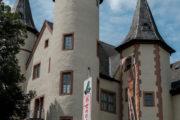 Blick von unten auf die Türme des Schneewittchen Schloss in Lohr