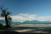 Blick über den Chiemsee auf die Berge