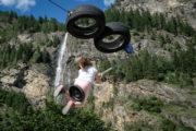 Seilbahn am Fallbach Wasserfall Maltatal, Mädchen schwankt