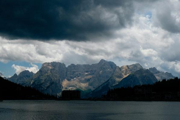 Dolomiten mit See im Vordergrund