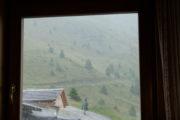 Helm Bergstation, Blick aus Fenster beim Regenschauer
