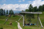 Rotwandwiesen. Blick auf Gaststätte mit Bergpanorama im Hintergrund
