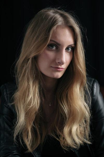 Portrait einer Frau mit glänzendem blonden Haar